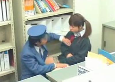 【万引き】 盗んだ事がバレ、女子校生の気が動転してるうちにセクハラ身体検査!だんだん本性があらわになっていく・・