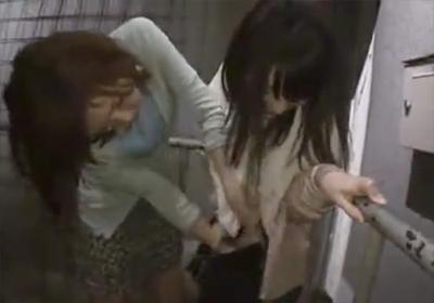 【レズ】 人気のない場所で美少女をレズがレ●プ・・! 押し倒して強引にいたずら!!
